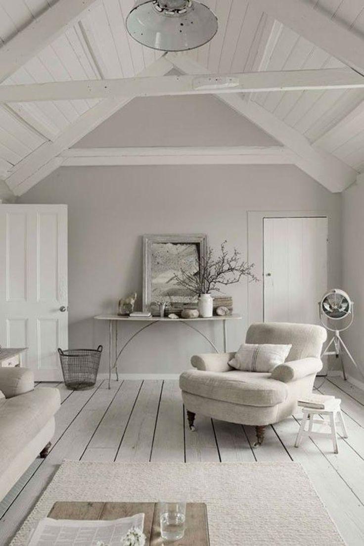 Bekijk de foto van Marington-nl met als titel Stijlvolle relax kamer op een hoge zolder, landelijk ingericht met rustige kleuren. Ingericht met een fijne stoel en bank. De zijkanten zijn afgeschermd, zodat je daarachter spullen kunt opbergen.  en andere inspirerende plaatjes op Welke.nl.