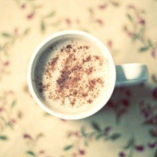 Rond de feestdagen wordt in de VS ontzettend vaak Eggnog (eierpunch) gedronken: dat is een traditioneel Amerikaans drankje op basis van melk, eieren en kruiden. Ook zit er vaak sterke drank in, zoals bijvoorbeeld rum of cognac. Ik heb hier in de kast nog een (oude) fles uit...