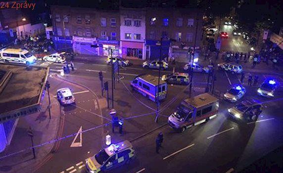 V Londýně najela dodávka do lidí u mešity. Na místě je mnoho zraněných