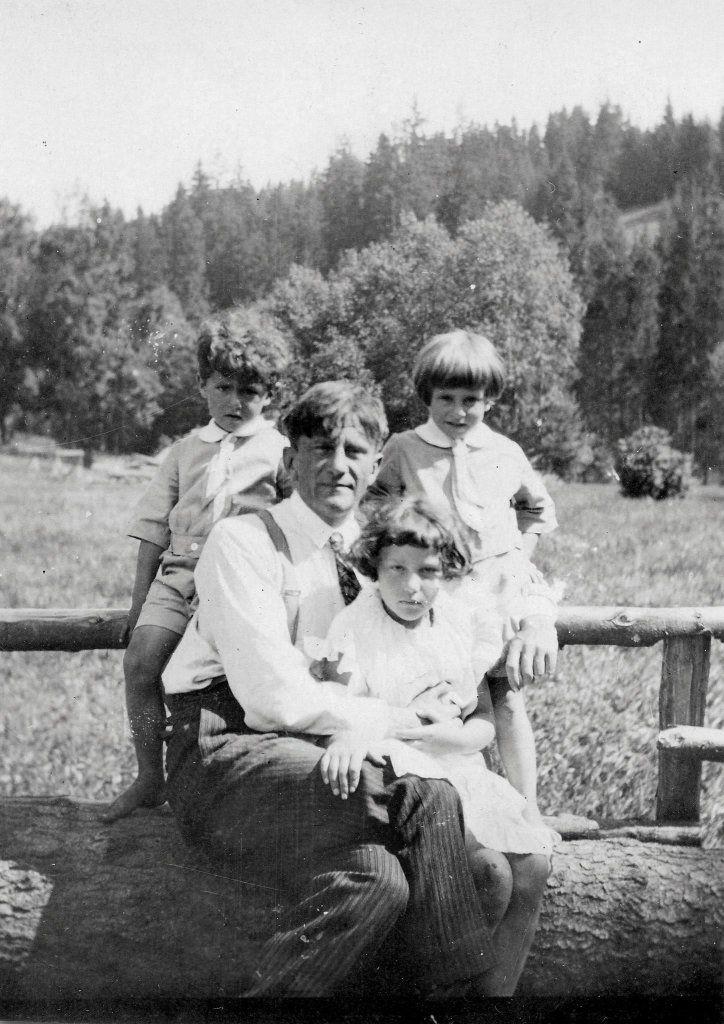 Karol Stryjeński z dziećmi. Madzią, Janem Kantym i Jackiem