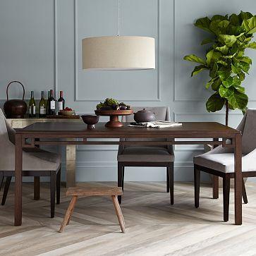Io vorrei uso il tavolo in la sala da pranzo che io vorrei uso mangio colazione e pranzo e cena. Mi piace le quattro sedie e il tavolo colore marrone.