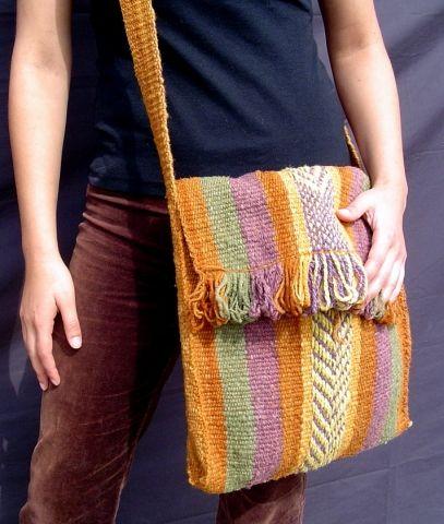 Una bolsa con hermosos sïmbolos / A bag with beautiful symbols  Fundación Chol-Chol