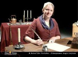 Aagje Luijtsen vertelt over haar leven in de periode 1776-1780 wanneer haar man Hermanus Kikkert stuurman is in dienst van de VOC. Ze laat één van haar brieven zien die ze heeft geschreven en de leerlingen mogen die (met hulp) ontcijferen. - See more at: http://historischhuren.nl/object/beleef-het-verleden-aagje-luijtsen/#sthash.qpNfVyXZ.dpuf