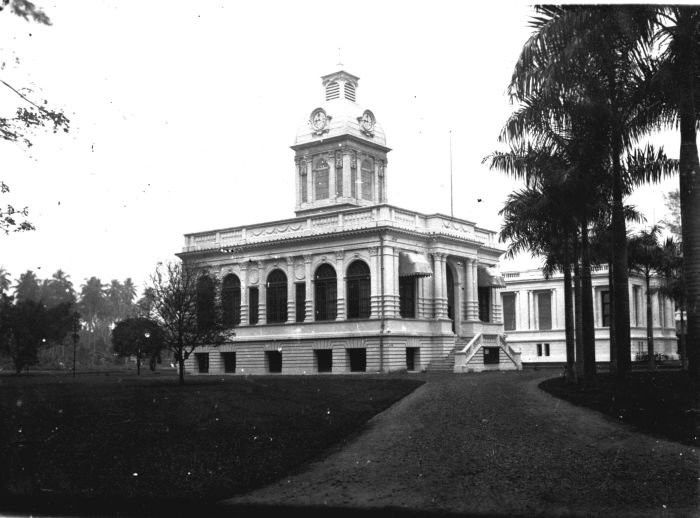 1918-1919 The town-house and the 'Javasche Bank' in Medan