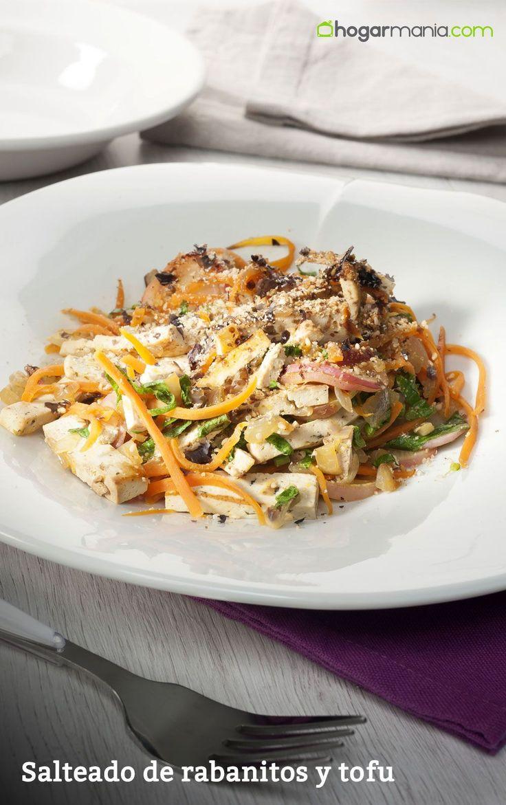 Salteado de rabanitos, cebolla, tofu y zanahorias con alga nori tostada, un plato de la cocina macrobiótica.  #veggie