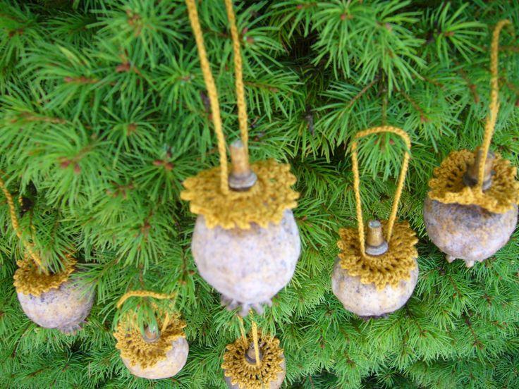 """Vánoční makovice Makovice s uháčkovaným """"límečkem"""" s uchem na zavěšení z béžové bavlněné příze. Neškrobeno. Výška očka na zavěšení je cca 7cm."""