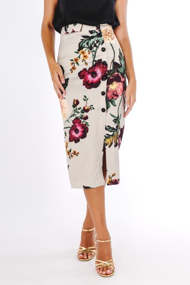 d252389e0c Falda de corte midi con botones en el lado y estampada de flores con el  fondo en color blanco.