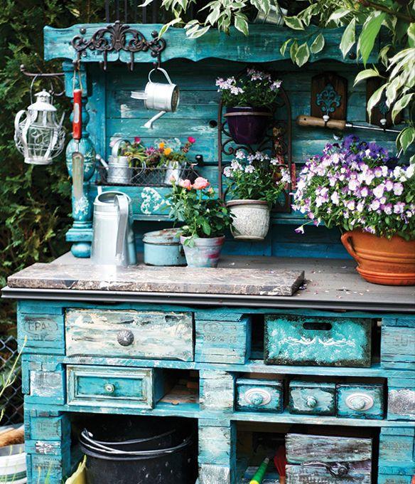 Móvel antigo reaproveitado com pátina. Móvel de madeira antigo no jardim. Jardim romântico. Jardim vintage.