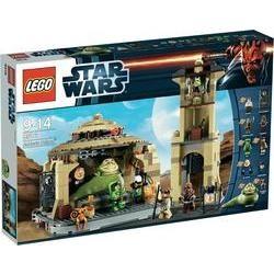 LEGO Star Wars 9516 Jabba's Palace  In Jabba's Palace op de planeet Tatooine probeert prinses Leia verkleed als Boushh de ingevroren Han Solo en Chewbacca te bevrijden. Of lukt het Jabba en zijn handlangers om de prinses te arresteren Jabba? Bevat 9 minifiguren: Jabba, Salacious Crumb, Bib Fortuna, Gamorreaanse bewaker, Oola, Han Solo, prinses Leia vermomd als Boushh, Chewbacca en B'omarr Monk. Meer Starwars bij Star Wars