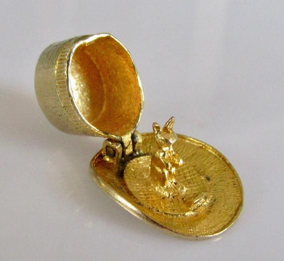 9ct Gold Magicians Top Hat and Rabbit Charm Opens