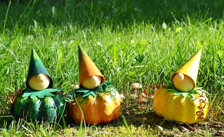 """Kunterbunt wie der Herbst: Kürbiswichtel (Idee mit Anleitung – Klick auf """"Besuchen""""!) - Kürbisse sorgen für die passende Herbstdeko auf dem Partytisch. Und diese niedlichen, selbstgebastelten Kürbiswichtel entzücken ganz sicher alle Gäste."""