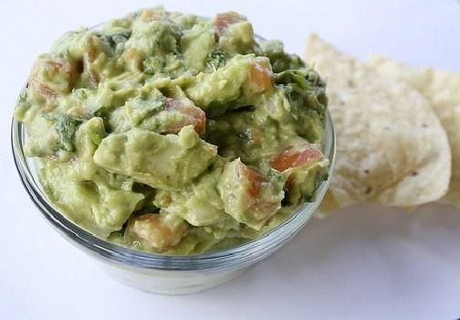 La salsa guacamole, tipica della cucina messicana, è a base di avocado e accompagna le famose tortillas, ma anche tanti altri piatti tipici messicani. http://www.alice.tv/ricette-cucina/cucina-internazionale/salsa-guacamole-ricetta