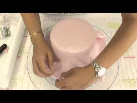 Comment recouvrir un gâteau de pâte à sucre - Vidéo - Recettes by Hanane