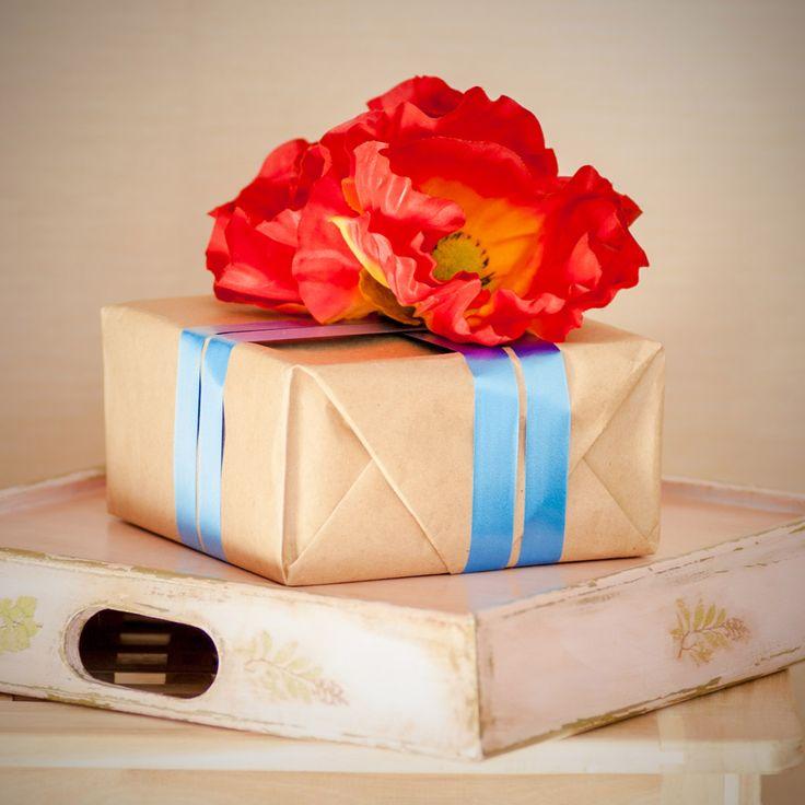 Бывает, что подарок упакован настолько стильно, что даже разворачивать не хочется… Фото и стиль Лиза Эшва. Маки и лента декоративная FloraViola. #FloraViola #flowers #decor #маки #подарок flora_viola#beautiful #цветы #poppy #flowerslovers #красота #праздник #present