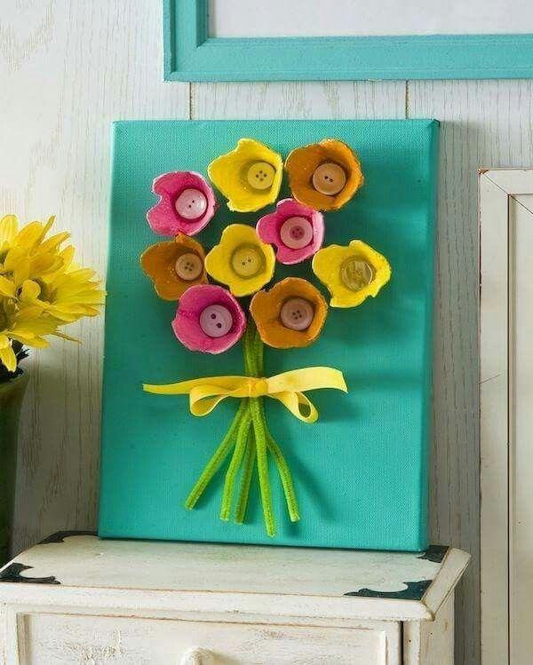 Tableau fleurs recyclage boutons et pots de yaourt