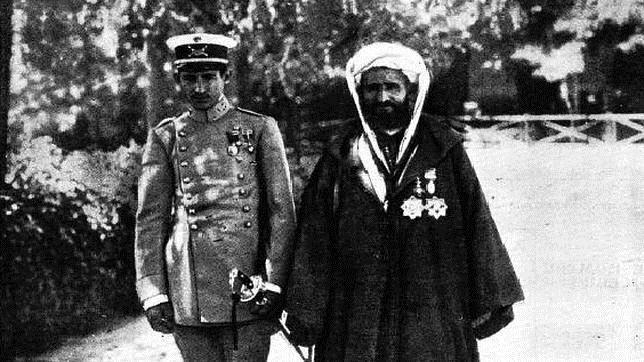 La historia del general Ben Mizzian, el marroquí que salvó la vida a FrancoPortada de ABC del 9 de julio de 1913. Ben Mizzian, junto a su padre, en la Academia de Toledo