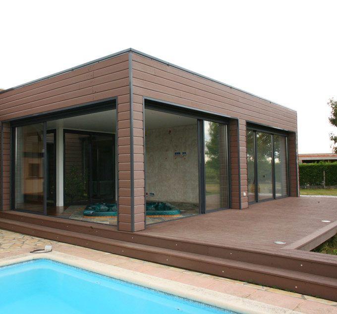 Revestimiento de chalet individual con madera de exterior for Madera sintetica exterior