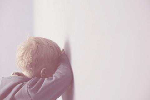 Rodičia bežne využívajú tresty pri výchove ako prostriedok dosiahnuť u dieťaťa želané správanie. Mnohí však nevedia, aké negatívne následky tresty môžu do ich vzťahov prinášať. Prečítajte si o negatívnych následkoch trestov a ako riešiť konflikty bez nich.