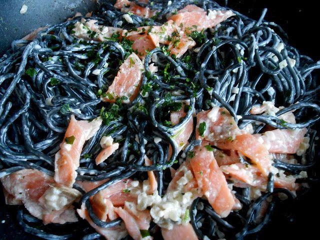 Spaghettis à l'encre de seiche et lamelles de saumon fumé