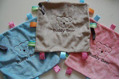 Voor het merk Buddy Beer produceren wij labeldoekjes met geborduurd met het logo van Buddy Beer. Onder de afbeelding van Buddy Beer (op de plek van de tekst Buddy Beer) kunnen we een naam of korte tekst borduren. Labeldoekjes zijn zacht en er kan een fopspeen aanvast worden gemaakt. Deze labeldoekjes leverbaar in meerdere kleuren zoals roze, blauw en grijs en hebben een afmeting van 24 x 24 cm #babyborduurkado