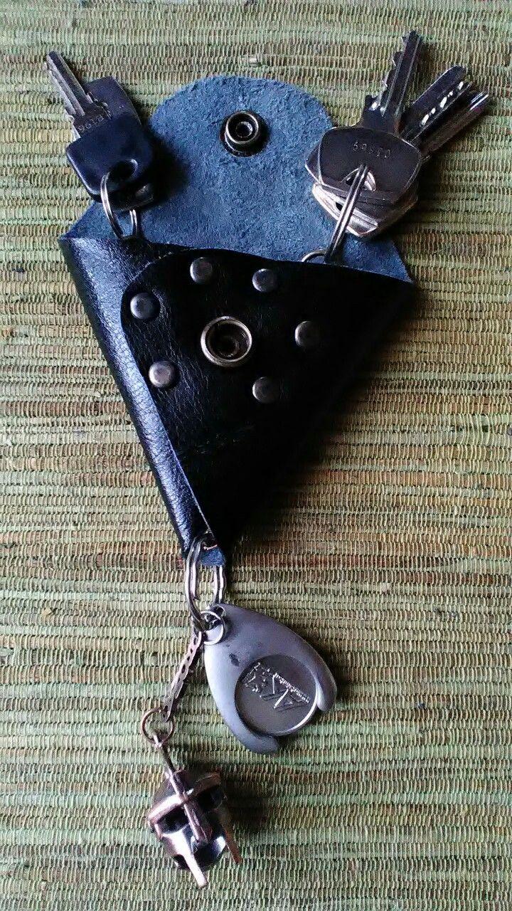 Bőr kulcstarto. Egyedi,saját készítésű. A kulcsok és az érme csak reklám anyag.