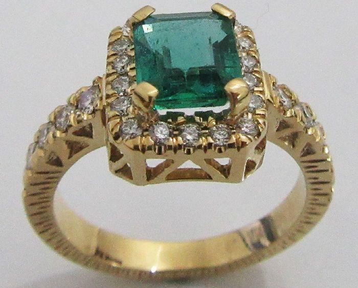 Gouden verlovingsring met enorme smaragd  Instelling:Het type van metaal: ............................................... ................................ 18K geel goudGewicht: ................................................ ...................................... 995 gramType instelling: ............................................... ............................. Pave setting 4 vork instellingRing grootte…