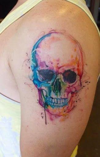 Tête de mort tatoué en aquarelle https://tattoo.egrafla.fr/2016/02/12/modeles-tatouage-aquarelle/