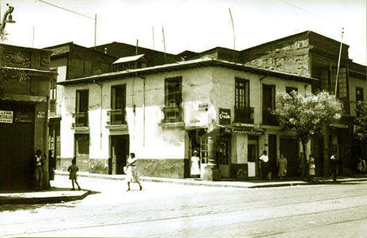 """Caótico comercio informal en la entonces llamada calle Andrés Bello, hoy Antonia López de Bello, al lado de La Vega Central. El """"Fortín M..."""