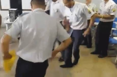 Veja o vídeo: policiais do DF fazem dança engraçada depois de concluírem curso - http://noticiasembrasilia.com.br/noticias-distrito-federal-cidade-brasilia/2015/12/16/veja-o-video-policiais-do-df-fazem-danca-engracada-depois-de-concluirem-curso/