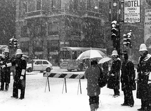 Largo Cairoli sotto la neve
