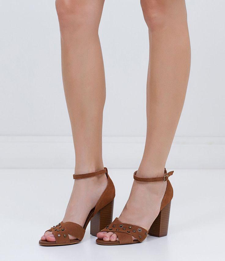 Sandália feminina  Salto grosso  Altura do 9,5 cm  Com Tachas  Marca: Satinato     COLEÇÃO INVERNO 2016     Veja outras opções de   sandálias femininas  .     Sobre a marca Satinato     A Satinato possui uma coleção de sapatos, bolsas e acessórios cheios de tendências de moda. 90% dos seus produtos são em couro. A principal característica dos Sapatos Santinato são o conforto, moda e qualidade! Com diferentes opções e estilos de sapatos, bolsas e acessórios. A Satinato também oferece para as…