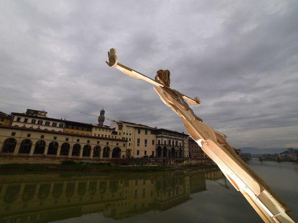 Il Tuffatore, l'ultima installazione de Il Sedicente Moradi, street artist fiorentino. Dà vita a sculture spettacolari utilizzando materiali di recupero come rami secchi e foglie (leggi oltre...)