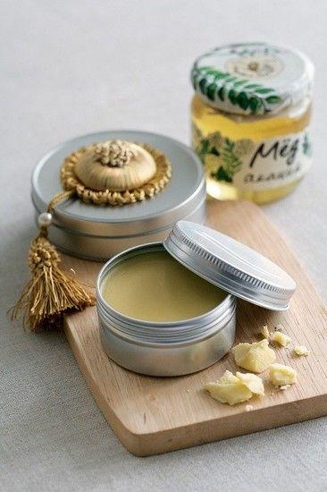 КРЕМ для РУК. 13 г пчелиного воска, 37 г масла какао, 30 мл жидкого масла (оливковое/кунжутное/зародышей пшеницы), 3 капли эфирного масла лимона, 3 капли эфирного масла лаванды, мед на кончике ножа. Воск натрите на терке, смешайте с маслом какао и поставьте на водяную баню. Когда расплавятся, добавьте смесь жидких масел. Перемешайте и Снимите с водяной бани. В остывающий крем положите мед. Добавьте эфирное масло лимона и лаванды. Пока крем не остыл, перелейте в баночку с широким горлом.