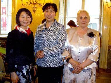 Zleva Li – Feng, prezidentka Společnosti čínských žen o.s. Praha, Yuzhen Huo, velvyslankyně Čínské lidové republiky v Praze, a Marie Rivai, spisovatelka.