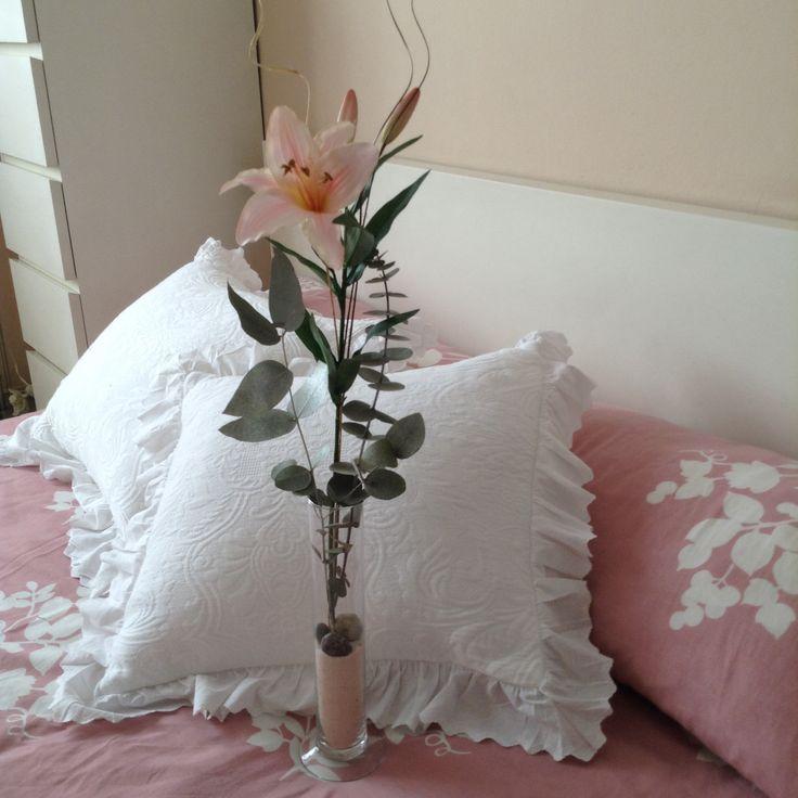 flor artificial con rama de eucalipto
