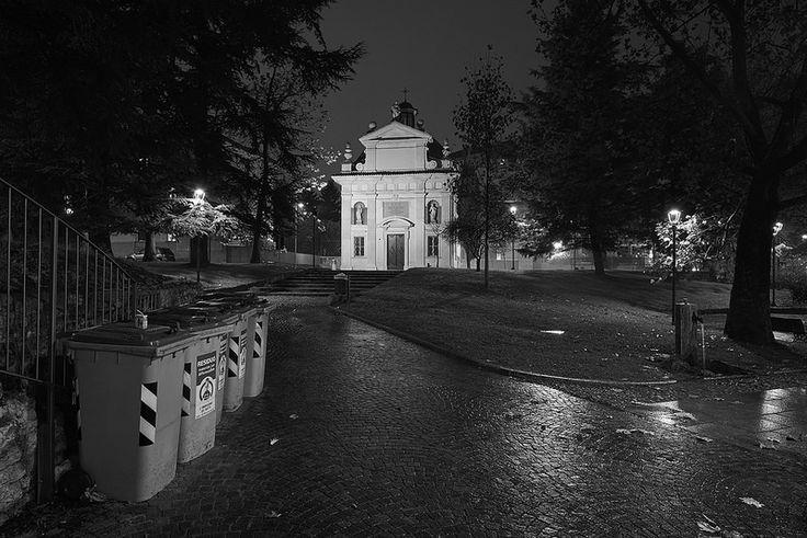 Garbage Garden. Basterebbe così poco per valorizzare quello che abbiamo ereditato. #Garbage #Garden #Wabisabiphotography #FujifilmXT1 #Rovereto #Trentino #Italy #Church #Night #Park