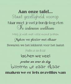 Muurtekst Aan onze tafel.. van mooiemuurteksten.nl