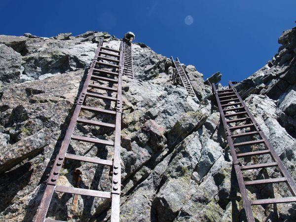 槍の穂先の核心部の二連梯子。北アルプス登山ルートガイド。Japan Alps mountain climbing route guide