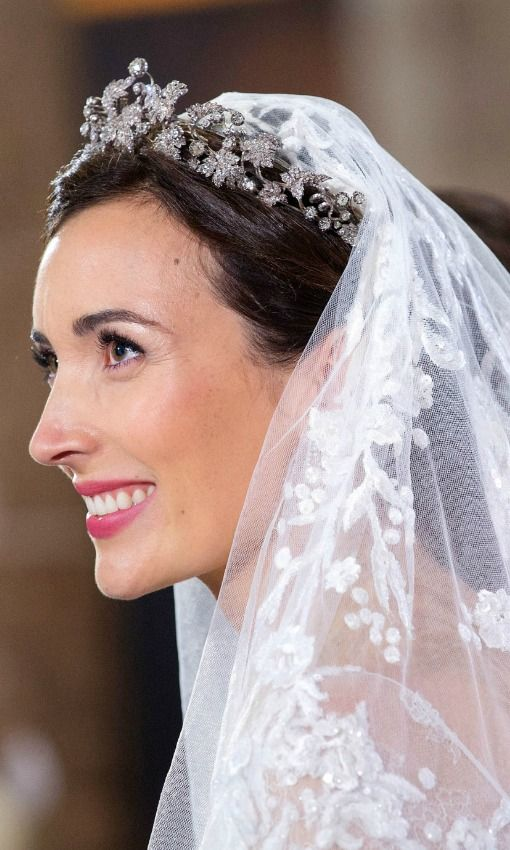 Diez tendencias 'beauty' para novias 'royal' - Foto 4 Claire Lademacher, con cejas definidas y labios en color cereza.
