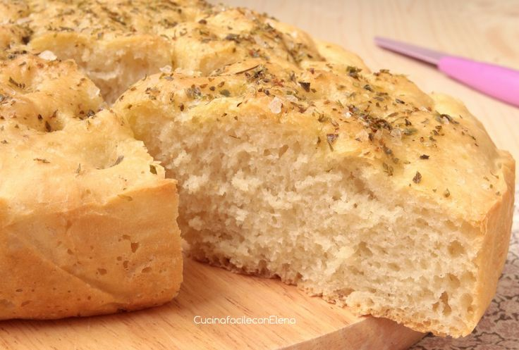 La focaccia è realizzata con pochi ingredienti come acqua, farina, sale e olio, ma è davvaero deliziosa, perfetta da farcire o utilizzare al posto del pane.