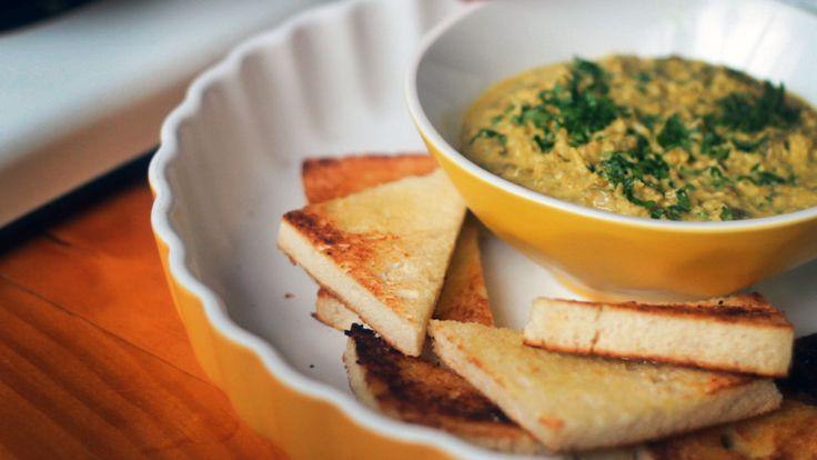 Isadora prepara uma receita simples e deliciosa nesse Comida de Cinema: Tapenade de Coco com Curry. A inspiração para o aperitivo veio da comédia Esquadrão Classe A.
