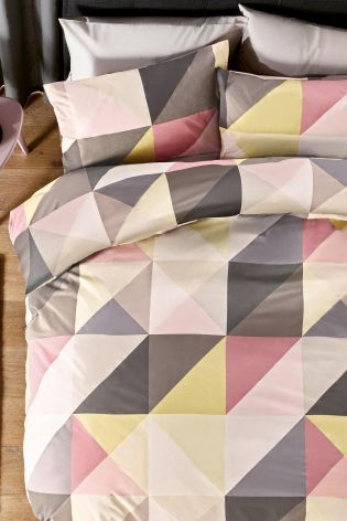 Want to wake up on the right side of the bed? Then you NEED our geo print bed set boasting gorgeous grey and pinks!
