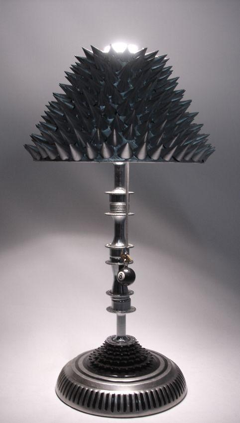 """Lámpara de mesa """"Metallica one""""  Materiales: tapón de carro, foco ahorrador de energía, aprox. 350 cucuruchos, 4 ejes y 1 estrellas de bicicleta"""