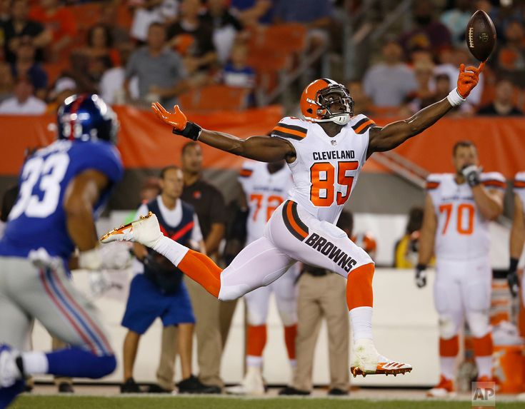 Giants Browns Football Cleveland Browns tight end David Njoku (85) reaches but can't get to the ball in the second half of an NFL preseason football game against the New York Giants on Aug. 21, 2017, in Cleveland. (AP Photo/Ron Schwane)