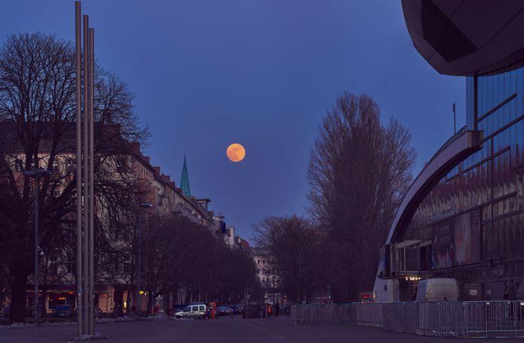 Berlin ist zwar nicht der beste Ort, um Sterne zu gucken, einige dunkle Orte und Anhöhen eignen sich trotzdem gut, um den Nachthimmel zu beobachten.