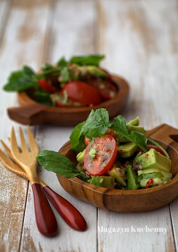 Sałatka z awokado z pomidorami koktajlowymi i rukolą. Przepis na sałatkę z…