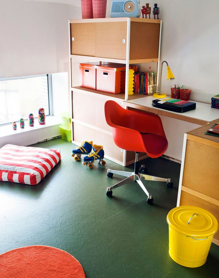 OSB plates are a fast and cheap solution for a new floor in a student room. Painted in the colour Shady Green B80 from the Levis Colour Mix collection