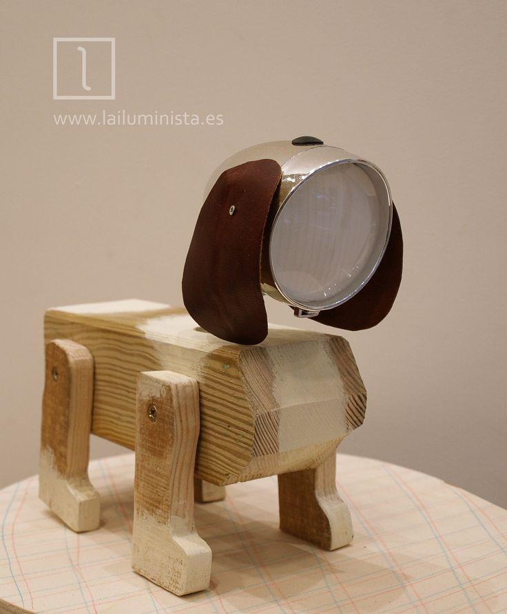 Portable lamp by La iluminista. Lámpara LED portátil hecha a mano con madera reciclada y foco para bicicleta. Funciona con pilas.