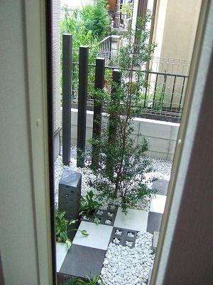 トーンの市松模様がすっきりモダンな坪庭
