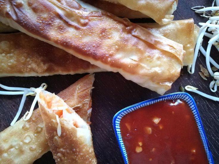 Zelf vegetarische loempia's uit de pan en zoetzure saus maken doe je zo! Check hier ons recept.